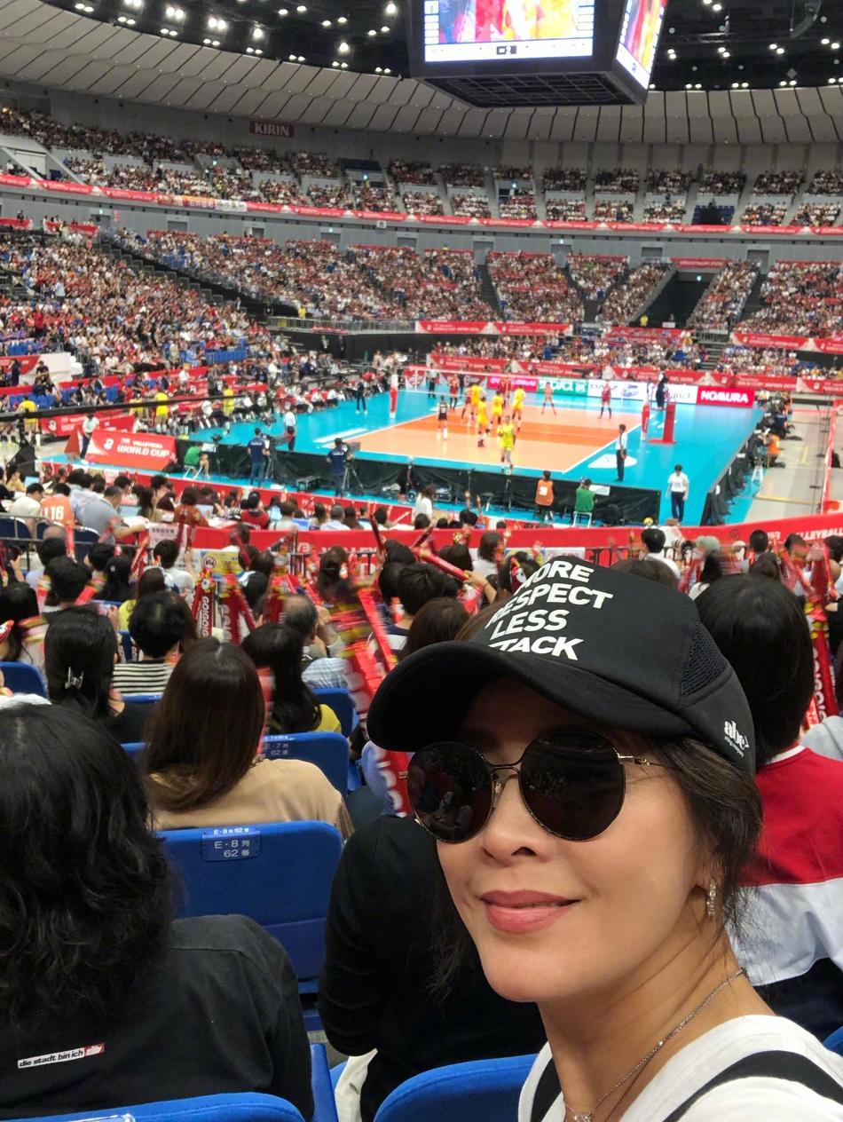 刘嘉玲带梁朝伟观战中国女排比赛 赛后合影竖大拇指点赞