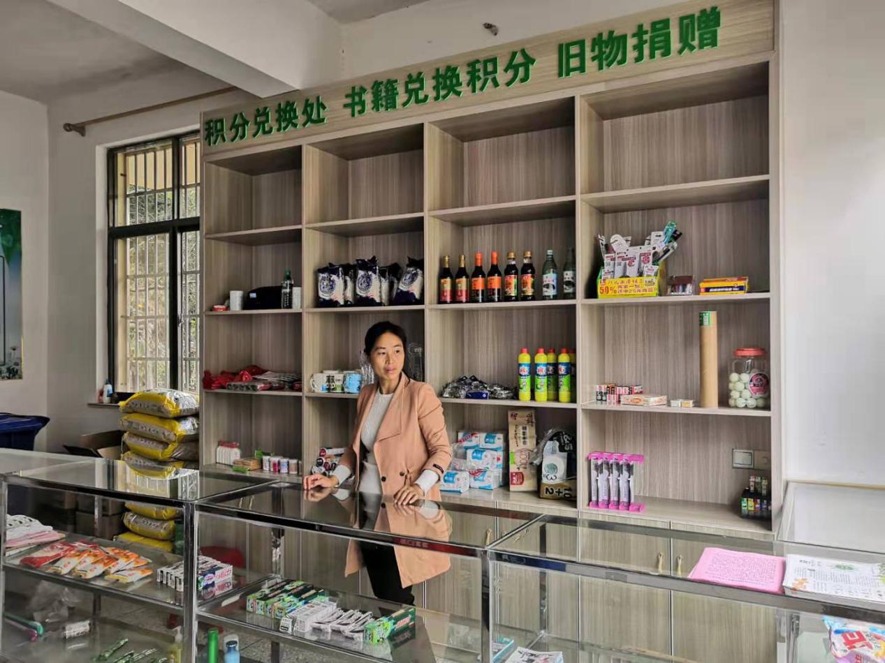 """江西靖安:村里建了""""怪超市"""" 垃圾分类能换礼品"""