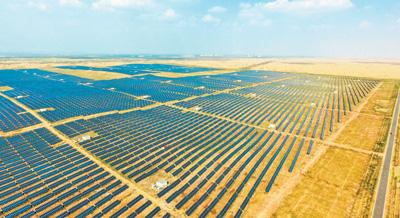 库布其沙漠生态太阳能发电综合示范地。虞东升摄(新华社发)