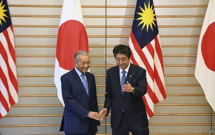 ▲6月12日,日本首相安倍晋三在首相官邸与马来西亚总理马哈蒂尔举行会谈。