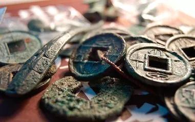 00后少年痴迷古钱币 他的文章登上覆盖全球的《中国钱币界》杂志