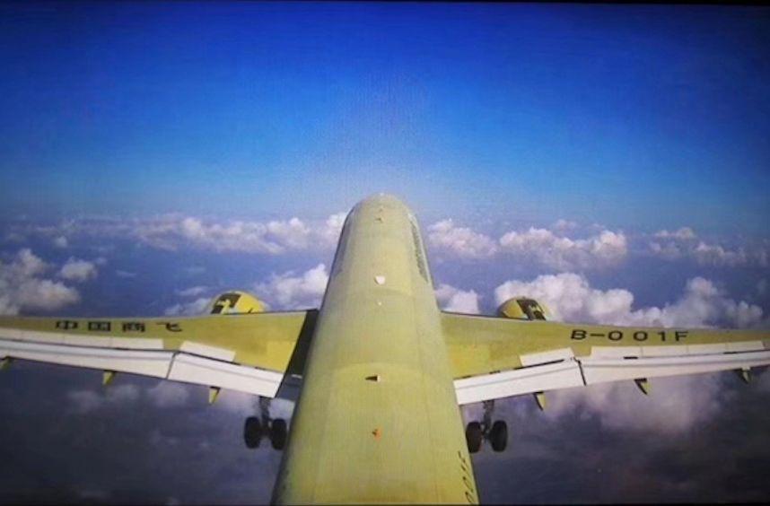 ▲第一视角看C919年夜型客机105架机(视频截图)