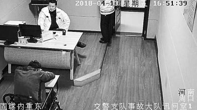 醉酒男子被带到讯问室后,倒头酣睡。监控画面
