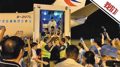 老挝旅游遇车祸20名中国伤员飞抵南京治疗