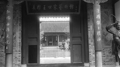吴承恩故居挂六小龄童巨幅照片