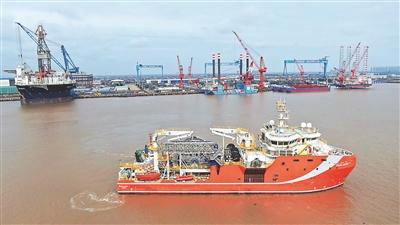 中国首制深海动力定位原油转驳船正式启航