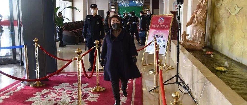 两会VLog丨赤峰日报社记者带您探班政协委员报到现场