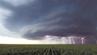 可怕诡谲 龙卷风漩涡云层下电闪雷鸣