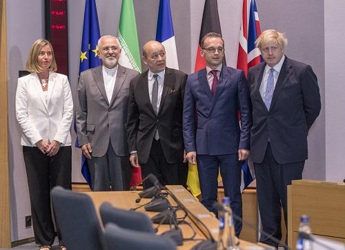 2018年5月15日,在比利时布鲁塞尔欧盟总部,(从左至右)欧盟外交和安全政策高级代表莫盖里尼、伊朗外长扎里夫、法国外长勒德里昂、德国外长马斯和英国外交大臣约翰逊在会谈前合影。 新华社发/路透