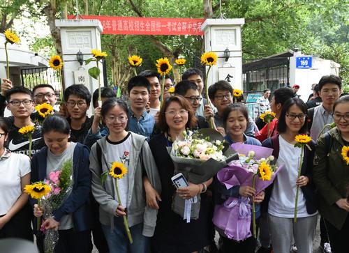 资料图: 6月9日,在南京金陵中学考点门前,考生在考试结束后与送考老师(中)合影。新华社记者 孙参 摄