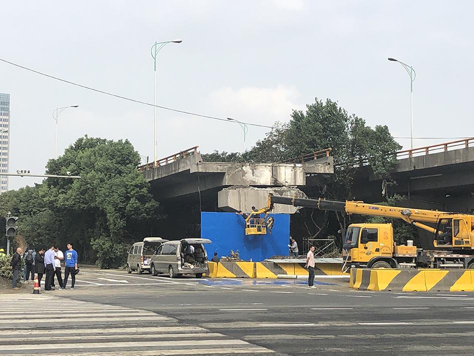 10月12日早上,無錫高架側翻事故現場的地面道路,錫港路恢復通車。 本文圖片澎湃新聞記者 袁傑