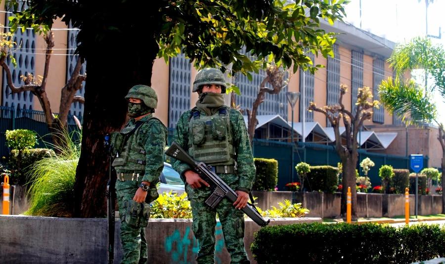 墨西哥军人在美驻墨瓜达拉哈拉领事馆前驻守