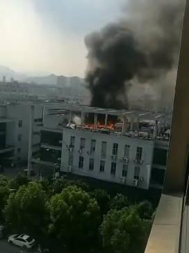 今天下午,温州强强集团五楼楼顶发生一起火灾,现场火势很大