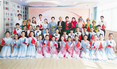 彭丽媛同法国总统夫人布丽吉特共同参观上海外国语大学附属外国语学校