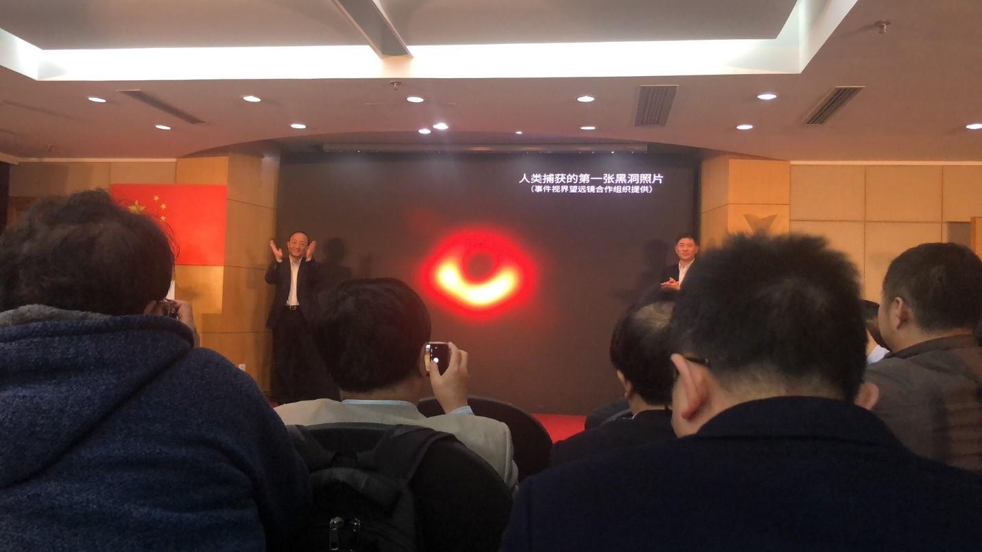 4月10日晚间,上海天文台发布会现场的图片。 澎湃新闻记者 虞涵棋 摄