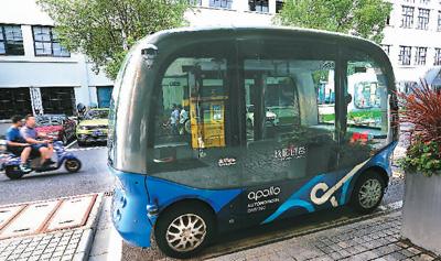 """8月19日,由百度到场研收的环球尾款L4级别无人驾驶巴士""""阿波龙""""通勤车表态少阳创谷。   杨建正摄(群众视觉)"""