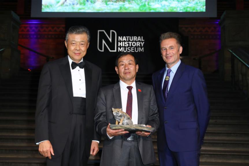 頒獎典禮現場,中國駐英大使劉曉明、鮑永清和主持人。圖來ZIMBIO