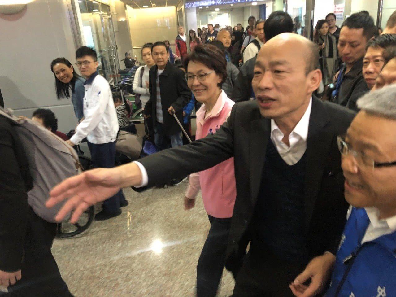 韩国瑜在机场