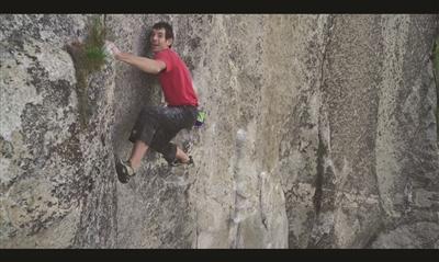 《徒手攀岩》看得人吓出一身汗