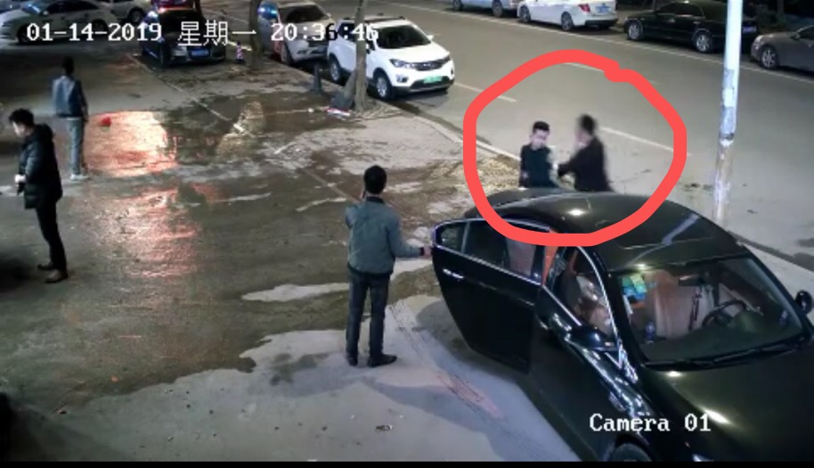 福州仓山区砍人事件目击者:男子边跑边砍 有老