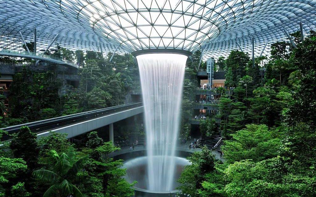 """新加坡樟宜国际机场内新添的网红打卡点""""   星耀樟宜""""。图/视觉中国"""