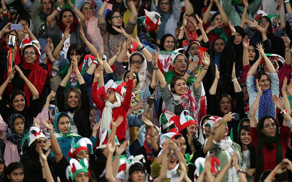 伊朗女性40年来首次入场观赛 见