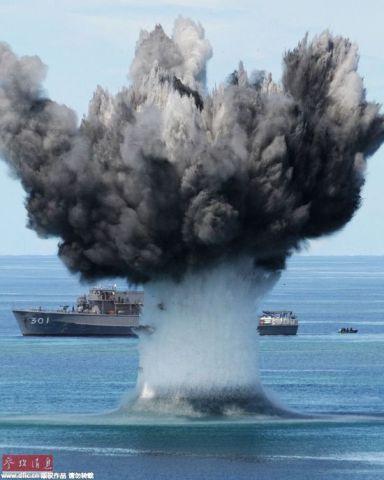 资料图:小笠原诸岛的硫黄岛沿岸,自卫队扫雷部队进行水雷爆破处理训练。