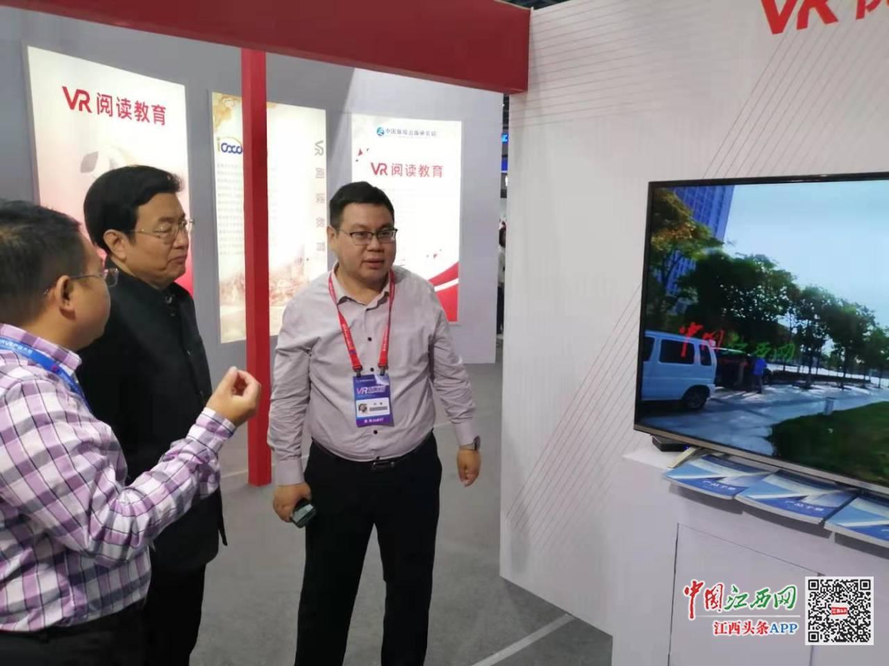 中宣部文改办副主任李建臣莅临大江传媒展位参观