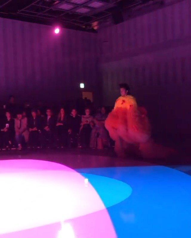 Kōki身穿日本新锐时尚设计师小泉智贵的作品走秀