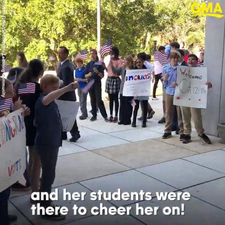 佛州女教師入籍 學生擠滿法院見證