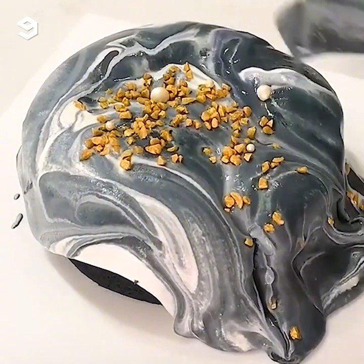 点开视频感受一波热量爆炸却美味到不行的流心奶油铺满整个蛋糕的
