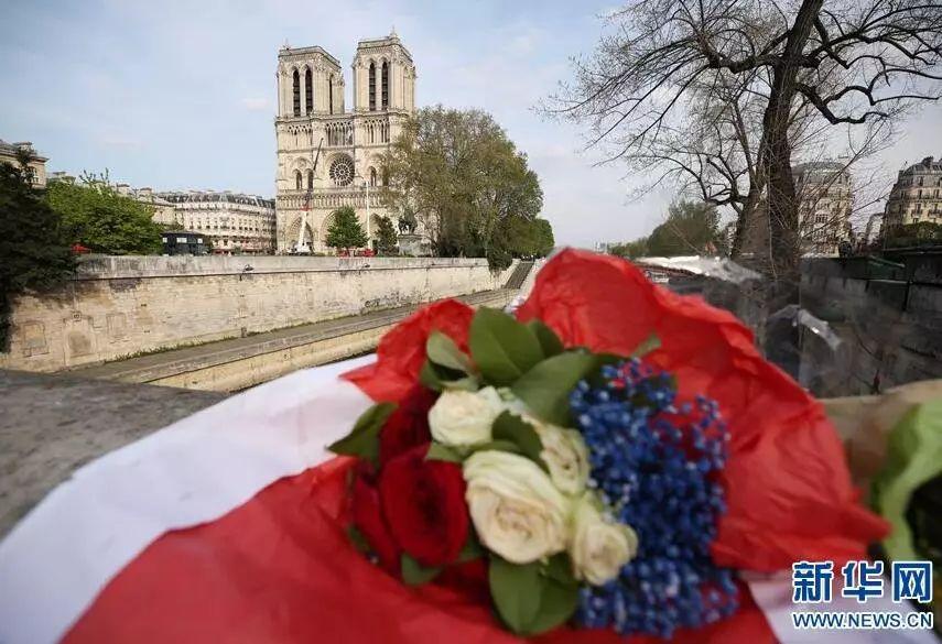 ▲4月18日,在法國巴黎,人們爲巴黎聖母院獻上與法國國旗同色的紅白藍鮮花。法國總統馬克龍16日晚發表簡短電視講話時表示,希望在5年內重建巴黎聖母院。