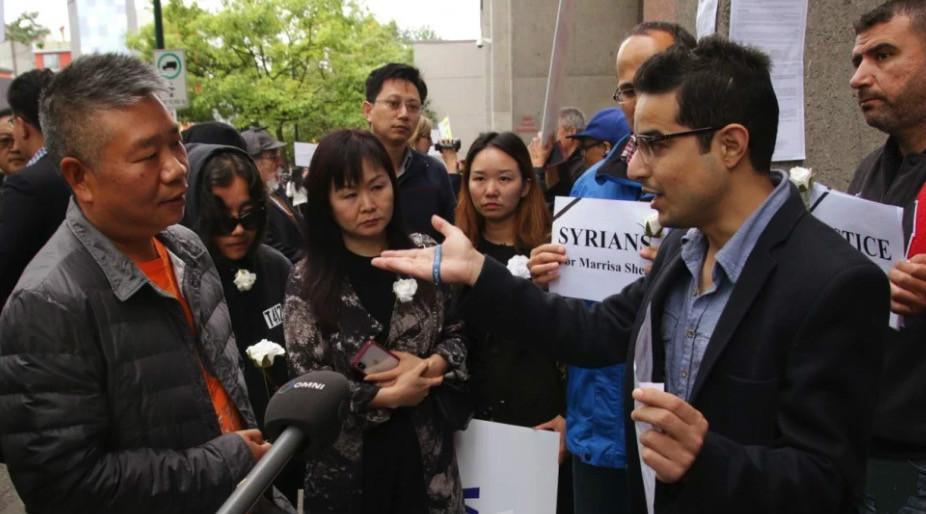 (不少民众聚集在法院外抗议。)