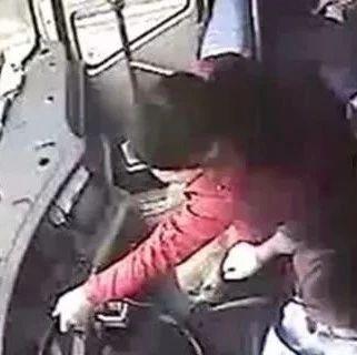原因查明!重庆公交车坠江前乘客和司机激烈争执互殴