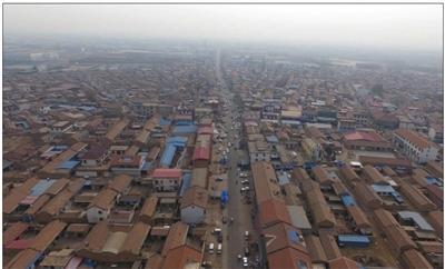 3月31日,航拍六道口村,主干道约两公里的街道两旁都是卖殡葬用品的店。