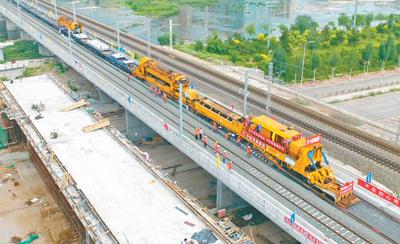 内蒙古首条高铁——张呼高铁铺轨完成