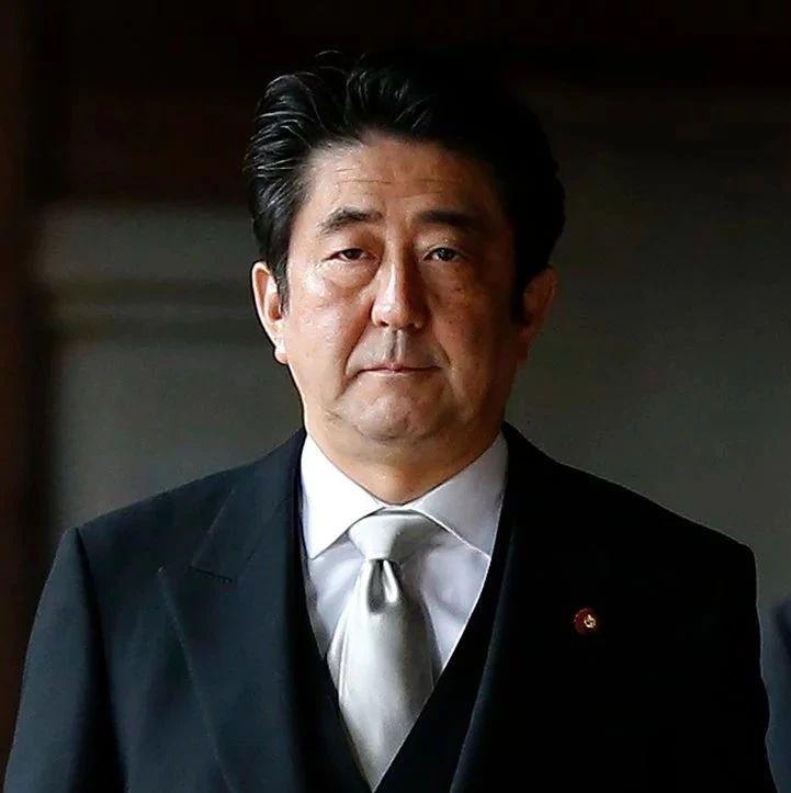 日本首相安倍晋三向靖国神社献祭品