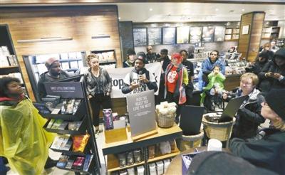4月12日,在美国费城一家星巴克连锁店,两名黑人因没有点东西而被警察逮捕。之后,此事件引发民众抗议。图为4月16日,人们在涉事星巴克门店抗议。新华社发