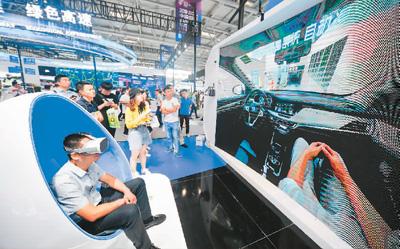 2019中国国际智能财产展览会上,正在东赢恒康控股团体展台,一位观光者经由过程VR体验无人驾驶汽车主动进库泊车。   新华社记者 刘 潺摄