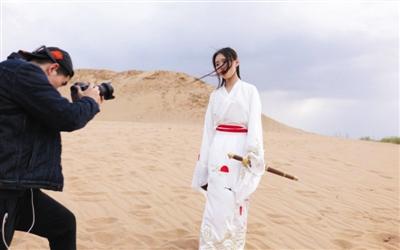 4月初,鹿小草在拍摄翻唱短视频。