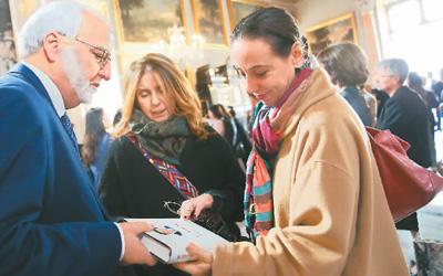 3月20日,在乎年夜利都城罗马,高朋正在《习远仄道治国理政》中意读者会上旁观《习远仄道治国理政》。   新华社记者 郑焕紧摄