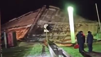 俄罗斯奥伦堡捷列什科娃大街上一座桥梁坍塌,4辆汽车被压在桥下
