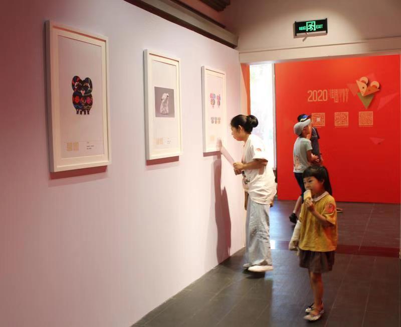 生肖之游展览亮相前门大街,糖画、剪纸传承人现场秀绝活