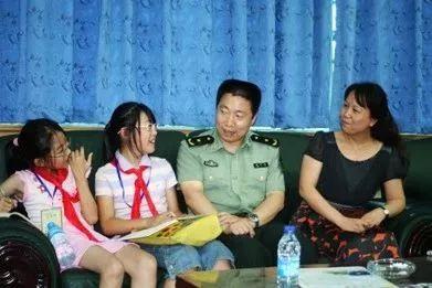 图为黄伟芬(右一)、杨利伟和小记者们在一起