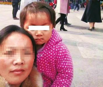 王凤雅和母亲(资料图)。