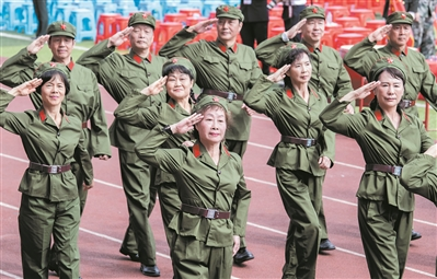 穿着军装庆祝母校70周岁