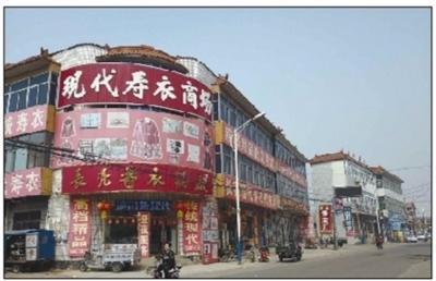 4月1日,天津武清区六道口村,村内最为繁华的中心区域殡葬用品商店林立。