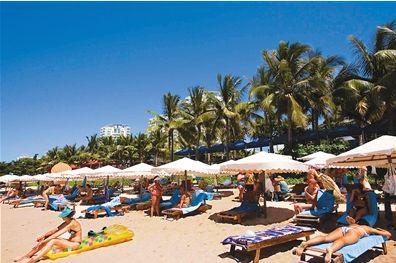 ▲俄罗斯人在三亚海滩休闲度假。图片来自三亚日报。