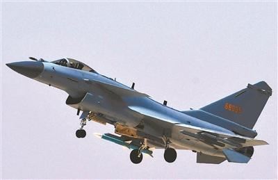 解放军空军航空兵某旅歼-10C战机进行飞行训练。(图片来源:新华社)