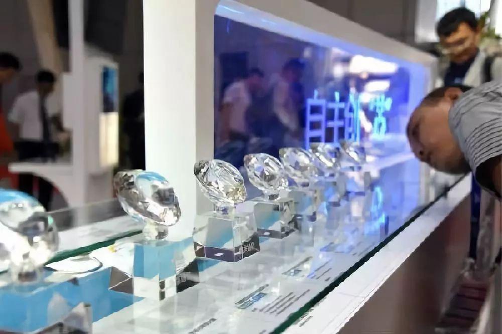 ▲5月23日,企业展出的芯片吸引了与会者的目光。当天举行的第九届中国卫星导航技术与应用成果展,全方位展示了天线、芯片、模块、终端等最新北斗应用基础产品。(新华社)